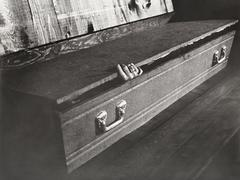 Hand reaching out of coffin Kuvituskuvat