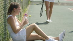 4K Female tennis players take a break from game to re-hydrate Arkistovideo