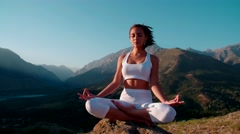 4K yoga in the mountains,a beautiful girl dressed in white ,early morning,a Stock Footage