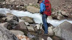 A traveler washes up on a mountain river Arkistovideo