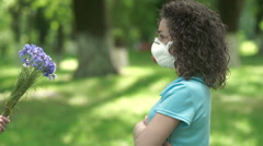 Girl in a respirator shrugs. Stock Footage