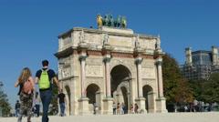 Paris. Tourists at the Arc du Carrousel, near the Louvre. Stock Footage