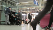 London piano player entertaining commuters Stock Footage