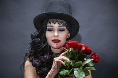 Portret de fat? frumoas? gotic cu trandafiri rosii. Halloween Stock Photos