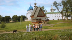 Tourists in Suzdal. sights of the ancient city Stock Footage