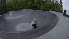 Scooter no hander bowl skatepark Stock Footage