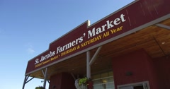 4K Farmers market full of people and food Stock Footage