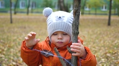 Child walk in the autumn Park Stock Footage