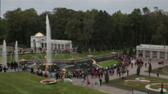 View on the tourists visiting the fountains at the Grand Palace in Peterhof St.P Stock Footage