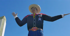 State Fair of Texas 2016: Big Tex is waiving at visitors Stock Footage