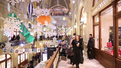 Many buyers and Christmas decorations in a city shopping centre. Stock Footage