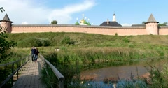 The Spaso - evfimiev Monastery, the people on the bridge across the river Stock Footage