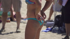 A woman gives hand signals to her partner while playing pro beach volleyball, su Stock Footage