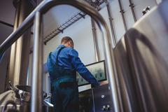 Manufacturer using computer at brewery Kuvituskuvat