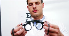 Optometrist holding messbrille Stock Footage