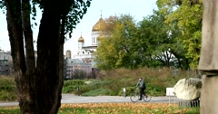 The view from the Muzeon Park of the Temple of Christ the Savior Stock Footage