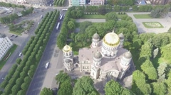 Drone aerial: Riga old town and Freedom Monument Stock Footage
