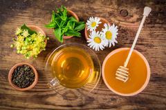 Green tea with mint, chamomile, jasmine flowers and honey Kuvituskuvat