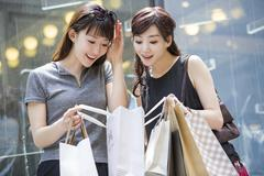 Best female friends shopping Stock Photos