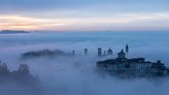 Sunrise fog bergamo città alta Stock Footage