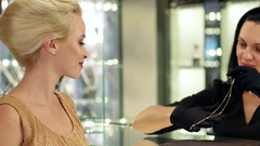 Jewelry shop The girl is pleased to present an exclusive expensive gold chain Stock Footage