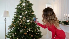 Christmas tree photo, girl photographed on a mobile phone Christmas tree with Arkistovideo
