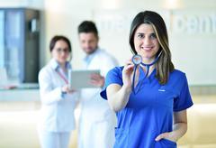 Female doctor leading a medical team at the hospital Kuvituskuvat