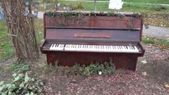 The old piano outside. Antique musical instruments. History. Museum, Art HD Arkistovideo