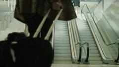 New York, USA - OKTOBER 2016: Passengers use the escalator at the JFK Stock Footage