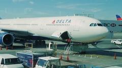 New York, USA - OKTOBER 2016: Preparation of aircraft for flight attendants Stock Footage