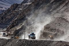Indian lorry on road in Himalayas Kuvituskuvat
