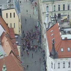 Crowd of tourists watching street performance, high risk pickpocket area in city Stock Footage