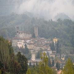 The mountain village of Coreglia Antelminelli, Tuscany, Italy Stock Footage