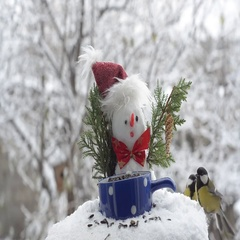 Snowman in hat and great Tits eating seeds. Fly and jump on the branches Stock Footage