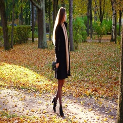 Elegant woman wait at autumn park, look around, dating concept Stock Footage