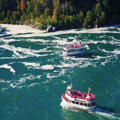 NIAGARA FALLS, NY - OKTOBER 2016: Two ships are sailing with tourists on the Stock Footage