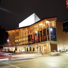 Night timelapse of the Hobby Center in Downtown Houston Arkistovideo