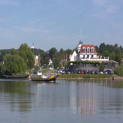 Foot and bicycle ferry on the river Rhine toward Rhenen at the north bank Stock Footage