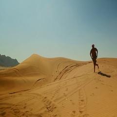 Arab man doing somersault on desert. Stock Footage