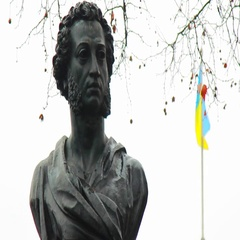 Alexander Pushkin monument and fluttering flag of Ukraine in Odessa, ua Stock Footage