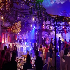 Banquet hall with Christmas and New Year decorations full of people Stock Footage