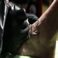 Close-up master makes tattoo Stock Footage
