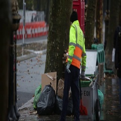 Street Cleaner in London cleaning trash Stock Footage