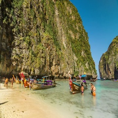 Timelapse of the Maya bay beach with long-tails at Phi Phi Ley Island, Thailand. Stock Footage