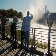 NIAGARA FALLS, NY - OKTOBER 2016: Silhouettes of crowd of tourists admiring Stock Footage