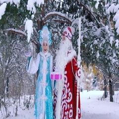 Smiling Ded Moroz Father Frost and Snegurochka Snow Maiden holding New Year gift Stock Footage
