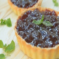 Tartlet with homemade blackberry confiture and mint Stock Footage