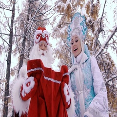 Happy Ded Moroz Father Frost and Snegurochka Snow Maiden looking at the gifts in Stock Footage