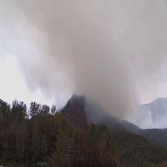 Large plume of smoke from mountain wildfire lake lure Stock Footage
