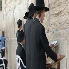 Jewish boy praying at the wailing wall in jerusalem Stock Footage